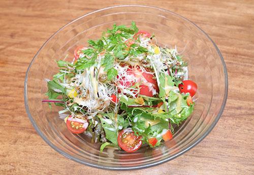 アボガドと海老がトマトにかくれんぼサラダ
